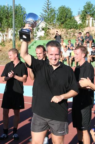 Turneringens bedste mål afgjorde finalen. Her ses Lasse Bøgh med pokalen.