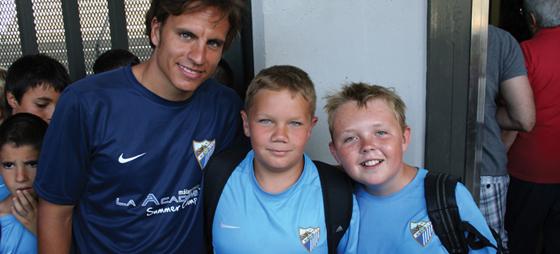 Filip og Victor sammen med Cristobal - en af trænerne på fodbold-campen.