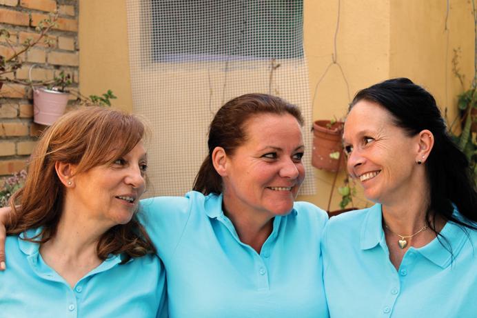 Pigerne i de blå uniformer – passer på kystens ældste