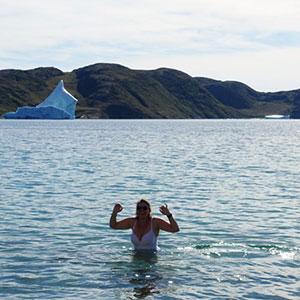 Elisabeth tager en kold dukkert i Det Arktiske Hav
