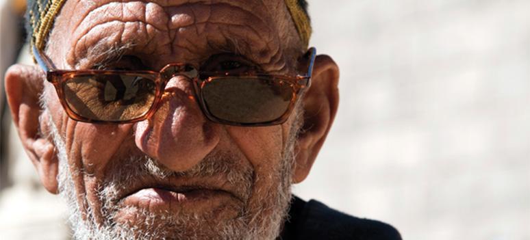 En marokkansk mand har faet et par solbriller doneret af UniOptica