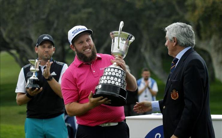 johnston recibe titulio campeon del open espana manos del presidente rfeg gonzaga escauriaza 1460910708357