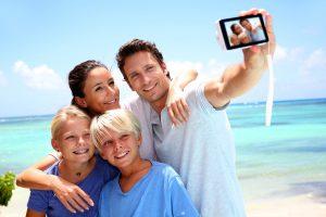 Tænk dig om før du deler feriebilleder på Facebook