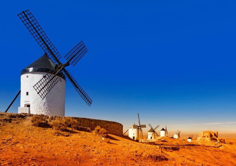 Consuegra – byen for foden af højderyggen, hvor Don Quijotes kæmper står