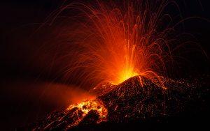 Tusinder flygter efter vulkanudbruddet på La Palma
